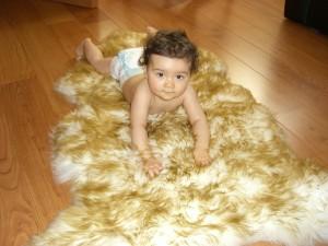Imagebild Baby auf Lammfell